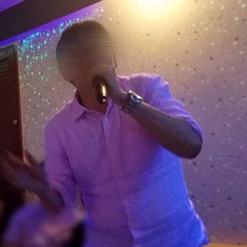 生徒のにゃんパパさんがカラオケを歌っている写真