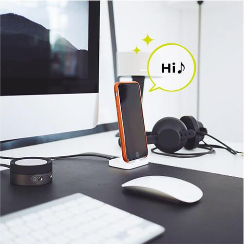 パソコンとスマートフォンの前で、ヘッドフォンとスピーカーを用意してオンラインレッスンの準備完了